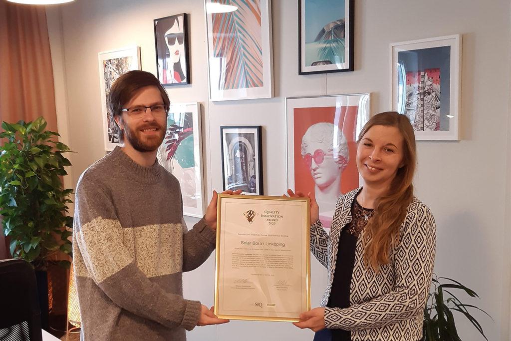 Magnus Eng och Linnea Bergman på Solar Bora i Linköping håller i diplomet som pristagare till Quality Innovation Award 2020.